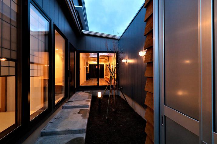 空と中庭から、光があふれる家ー八戸市青葉三丁目